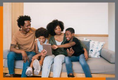 Família vendo aplicativos que podem ajudar nos estudos