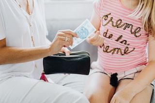 Dinheiro é assunto de criança? Veja como é importante trabalhar a educação financeira desde a infância.